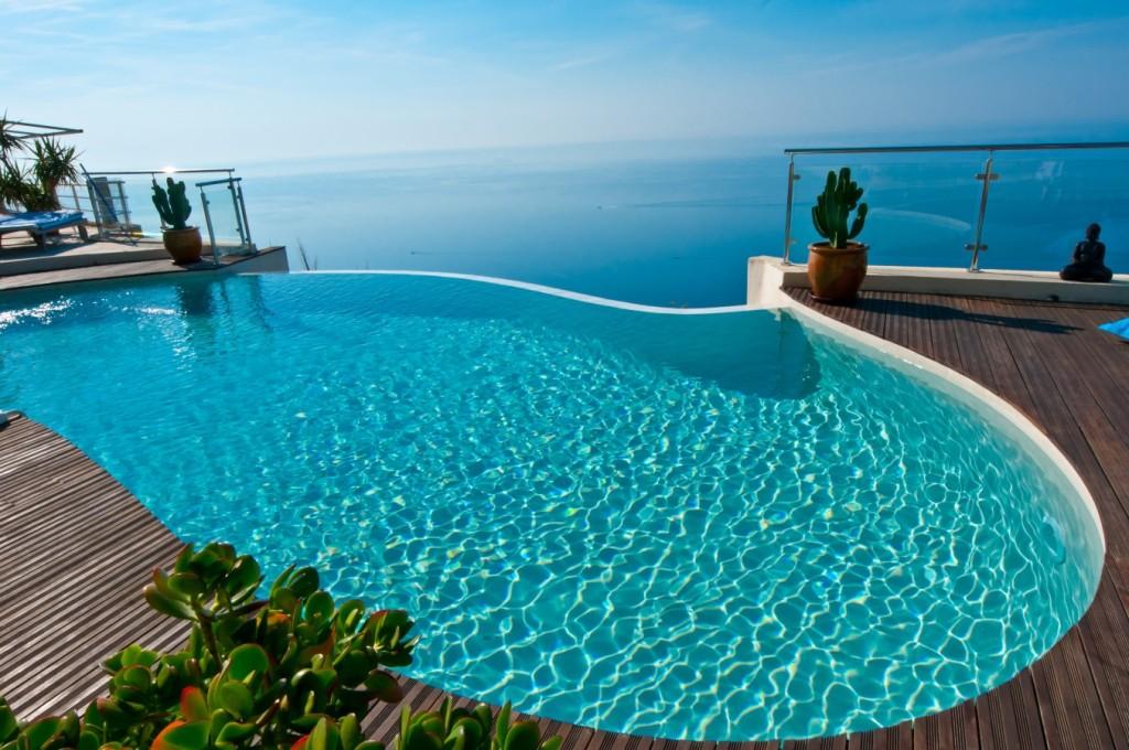 Une magnifique piscine d'une maison tout confort